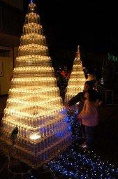 árvore de Natal feita com garrafas PET