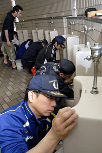 police-toilet-cleaning